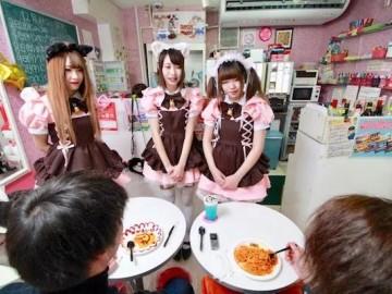 温柔可爱的女仆进行服务!宅男圣地女仆咖啡厅